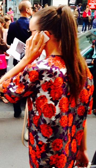 Pourquoi des filles super belles se sapent avec des fringues super moches pour le défilé Galliano ??