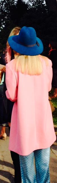 Tu as vu ? elle a assorti ses nattes au manteau de sa mère !