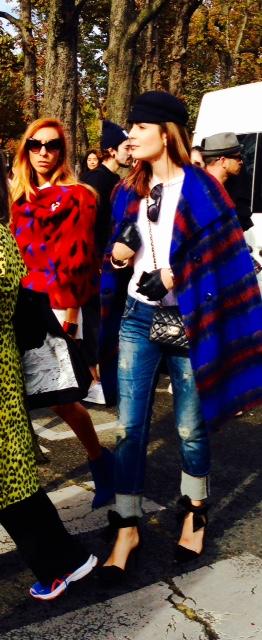 Le poncho revient bien à la mode, H&M a tout pompé sur Hermès, regarde !