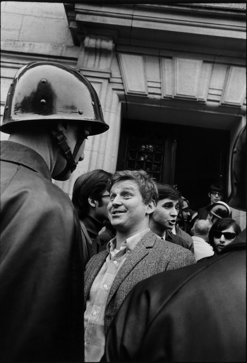 Devant l'Université de la Sorbonne, Daniel Cohn-Bendit face à un CRS chante L'Internationale, Paris, 06/05/1968