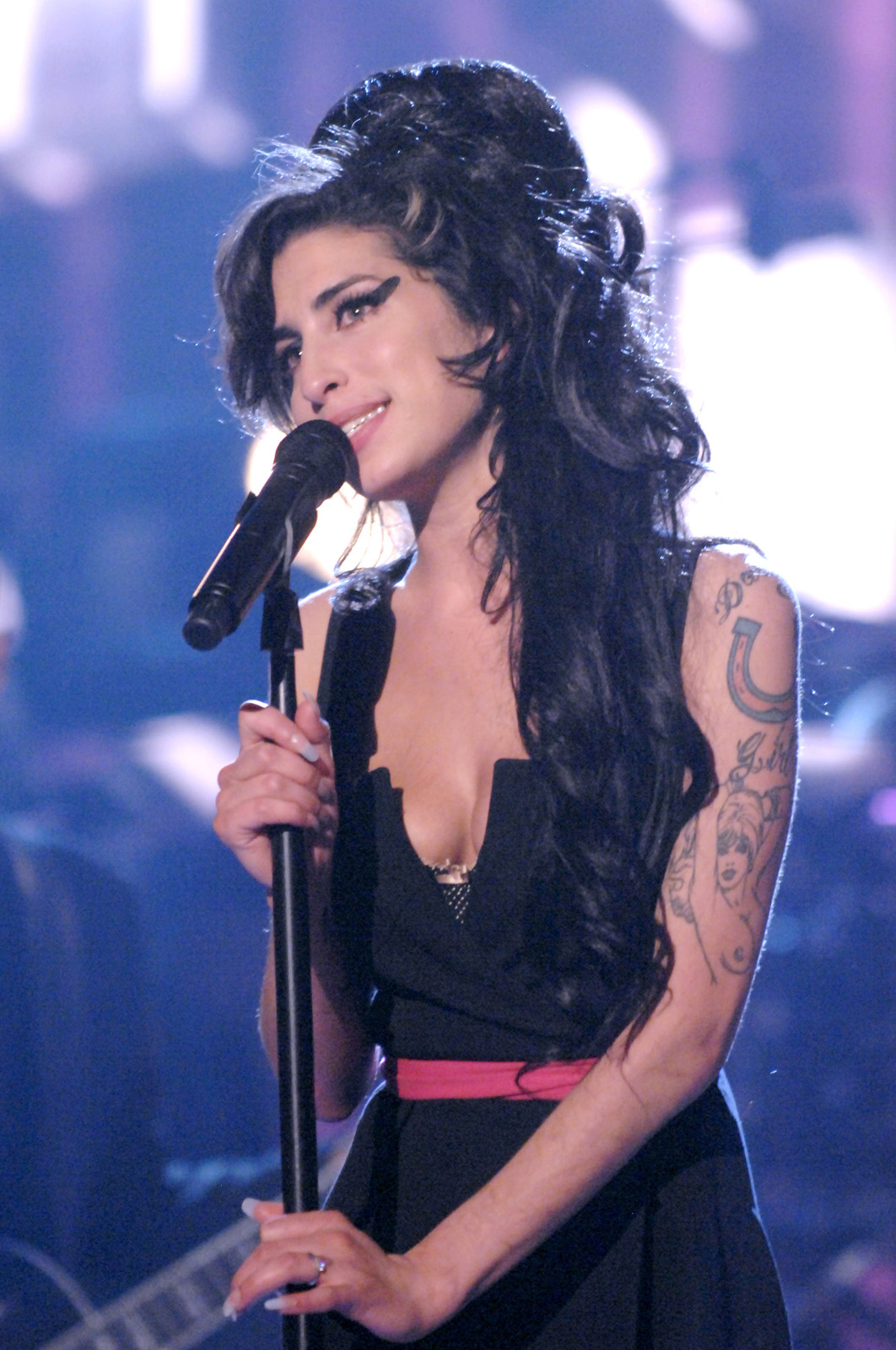 "Amy Winehouse performs ""Rehab"" during 2007 MTV Movie Awards - Show at Gibson Amphitheater in Los Angeles, California, United States. (Photo by Jeff Kravitz/FilmMagic)"